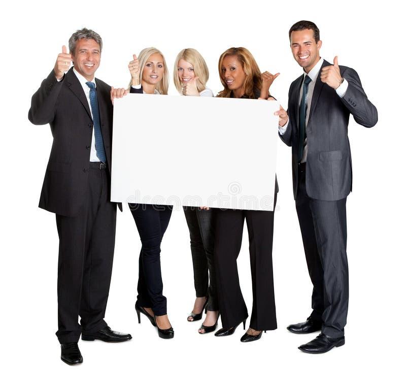 Gente di affari con i pollici sulla scheda dello spazio in bianco della holding immagini stock libere da diritti