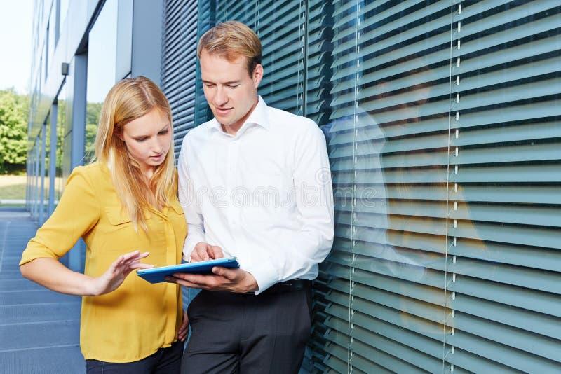 Gente di affari con il computer della compressa fotografie stock