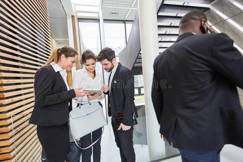 Gente di affari con il computer della compressa fotografia stock libera da diritti