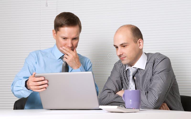 Gente di affari con il computer portatile fotografia stock libera da diritti