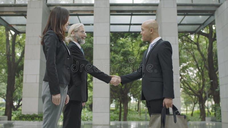 Gente di affari corporativa che stringe le mani fotografia stock