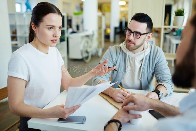 Gente di affari creativa che si incontra nell'ufficio immagine stock