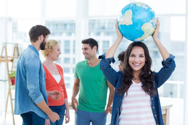 Gente di affari creativa con un globo fotografie stock