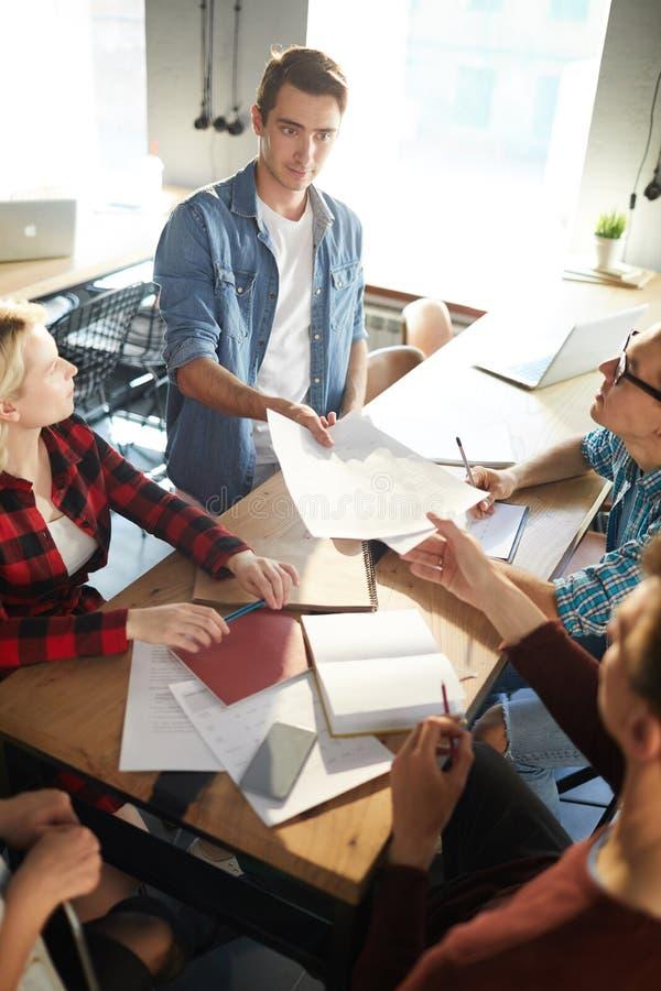 Gente di affari creativa nella riunione immagini stock