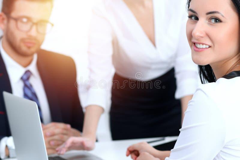 Gente di affari del gruppo alla riunione nell'ufficio Fuoco alla donna di affari che indica nel computer portatile Lavoro di squa fotografia stock