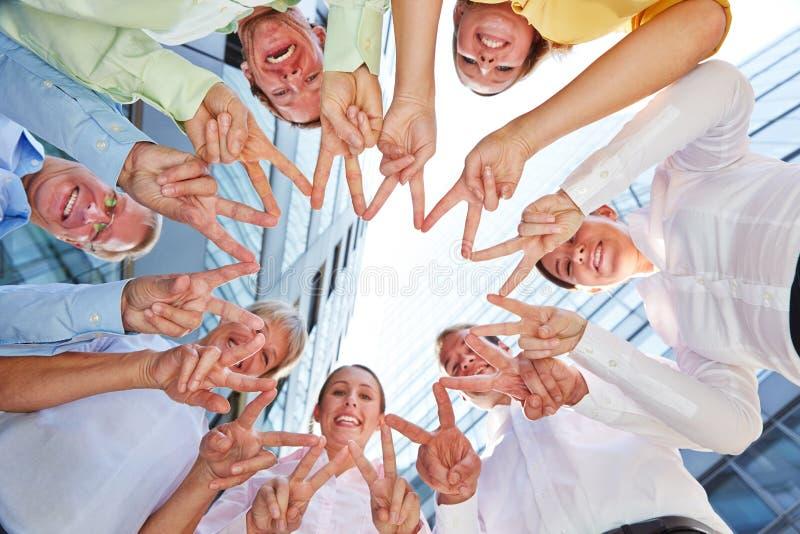 Gente di affari del gruppo che forma stella con le mani immagine stock libera da diritti