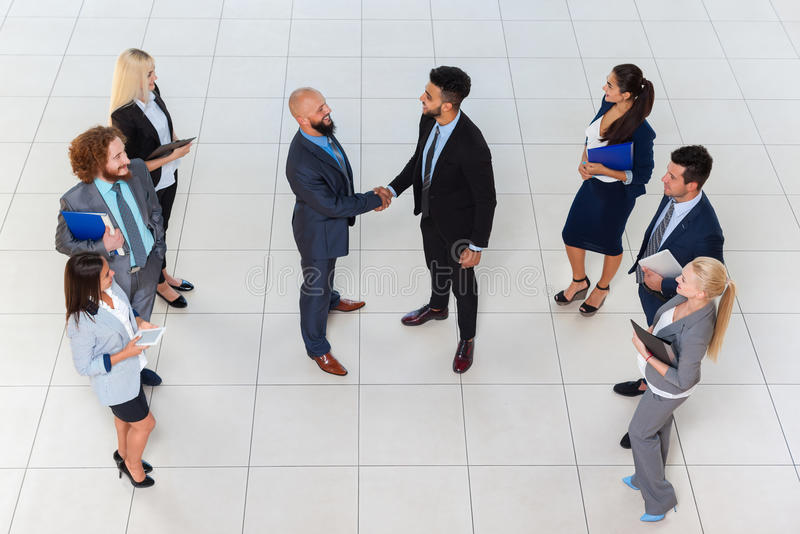 Gente di affari del gruppo del capo di Hand Shake Welcome di gesto di vista di angolo superiore, persone di affari Team Handshake fotografie stock libere da diritti