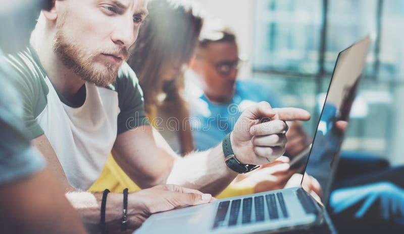 Gente di affari del gruppo del primo piano riunita insieme discutendo processo creativo di progetto Riunione di lampo di genio de immagine stock