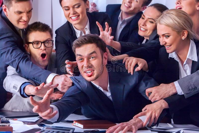Gente di affari dell'ufficio La gente del gruppo è insoddisfatta del loro capo immagine stock