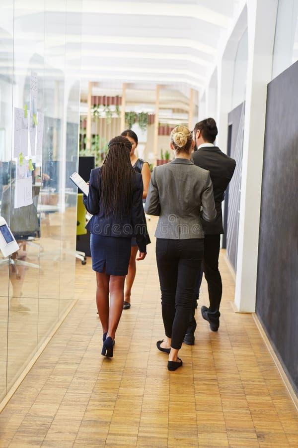 Gente di affari della delegazione che visita ufficio fotografie stock