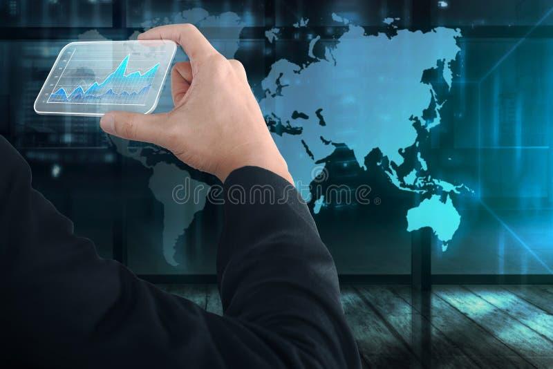 Gente di affari della mano che tiene biglietto da visita virtuale con digitale immagini stock