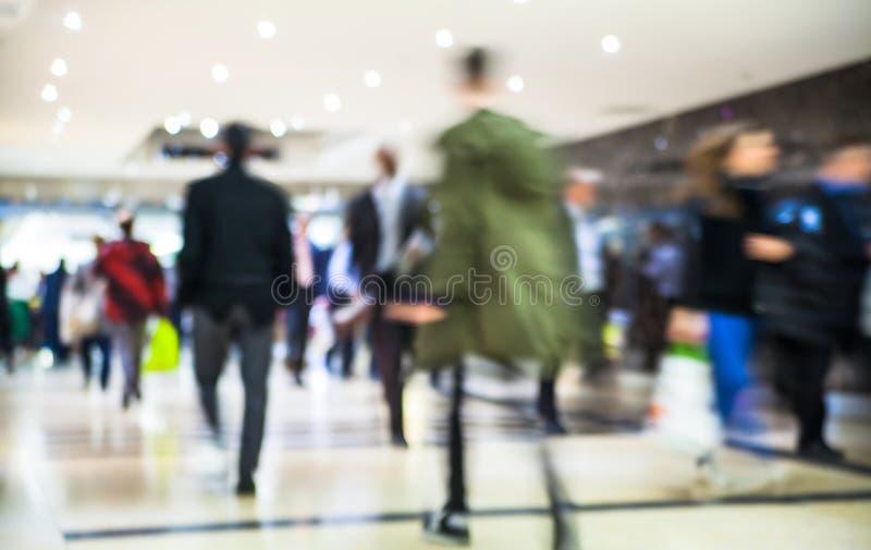 Gente di affari della sfuocatura commovente La gente che cammina in ora di punta Concetto di vita moderna e di affari immagini stock libere da diritti