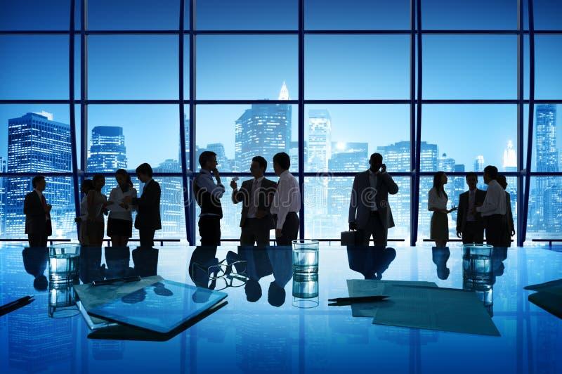 Gente di affari di discussione di comunicazione di riunione di paesaggio urbano immagini stock libere da diritti