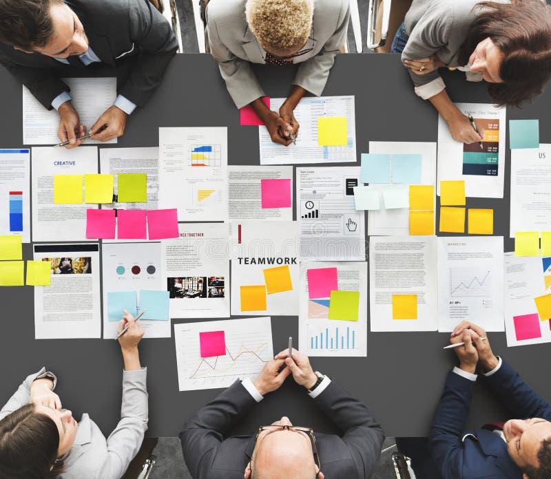 Gente di affari di diverso di lampo di genio concetto di riunione immagini stock