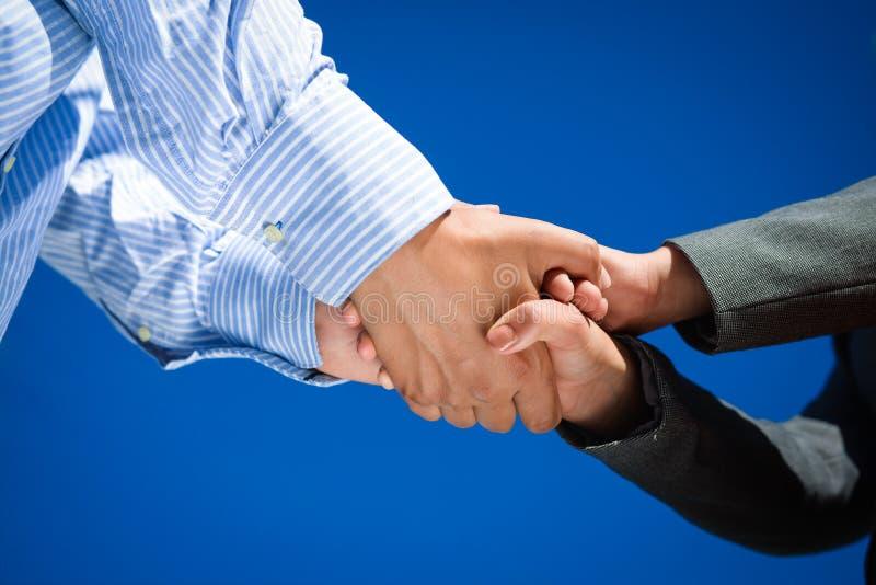 Gente di affari di handshake il giorno soleggiato all'aperto fotografia stock libera da diritti