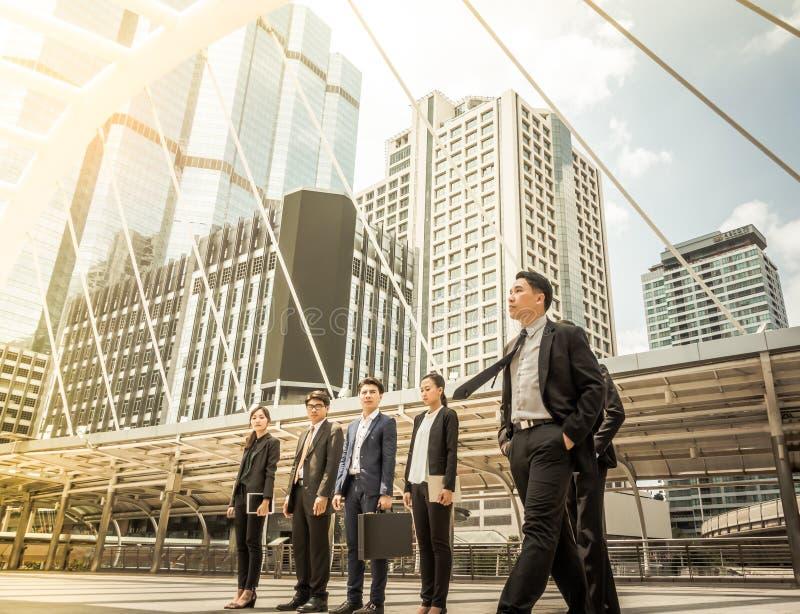 Gente di affari di ispirazione di scopi di missione di successo che guarda dalla struttura - concetto futuro di crescita fotografie stock