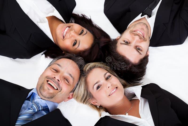 Gente di affari di menzogne testa a testa fotografie stock libere da diritti