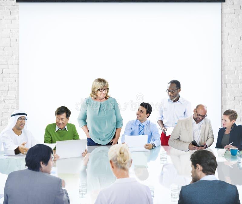Gente di affari di presentazione Diversi corporativo di riunione corporativa immagini stock libere da diritti