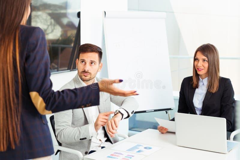 Gente di affari di problema di conflitto che lavora insieme nel gruppo immagine stock
