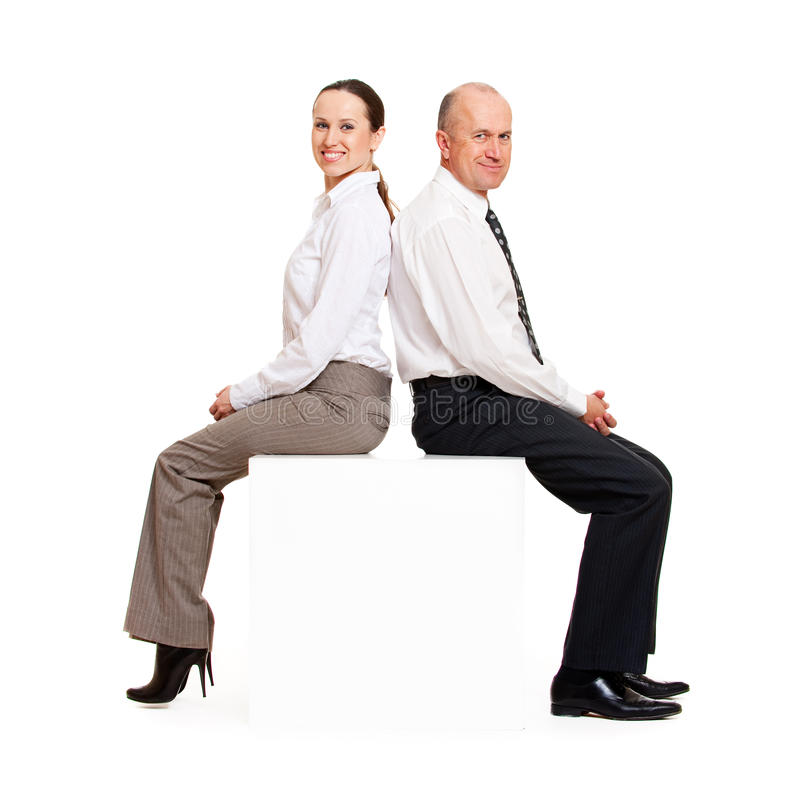 Gente di affari di smiley che si siede sul copyspace fotografie stock libere da diritti