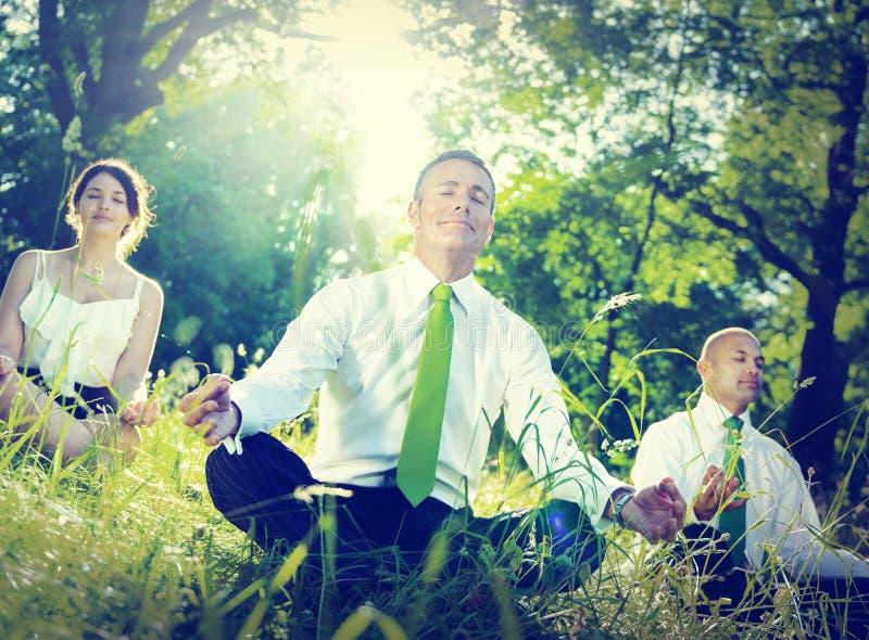 Gente di affari di yoga di rilassamento di concetto di benessere immagini stock libere da diritti