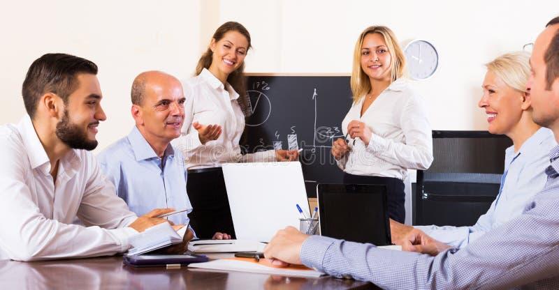 Gente di affari durante la teleconferenza fotografia stock