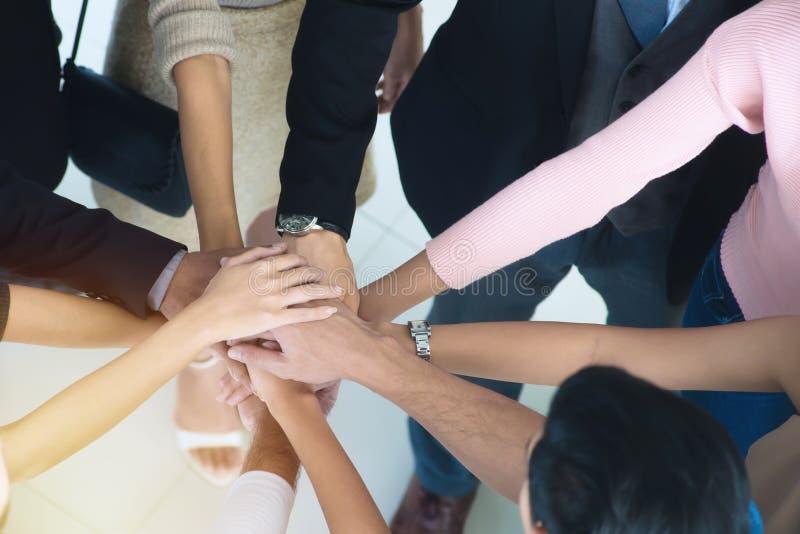 Gente di affari e lavoro di squadra che stringono le mani, finenti su un meeti fotografie stock