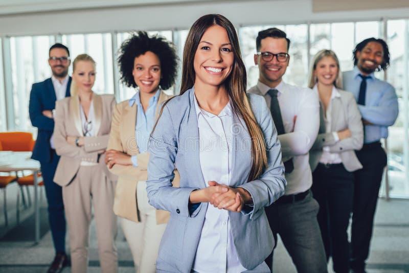 Gente di affari e personale felici in ufficio moderno, società della società del representig Fuoco selettivo immagine stock libera da diritti