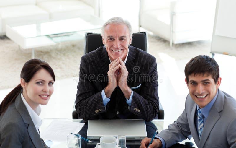 Gente di affari ed il loro gestore in una riunione fotografia stock libera da diritti