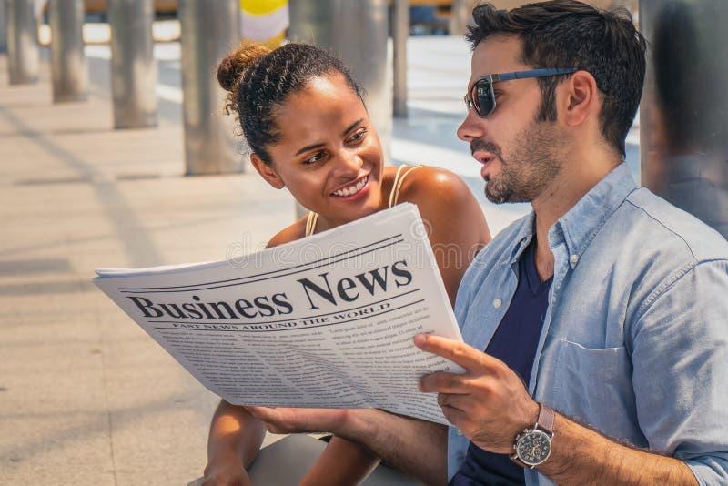 Gente di affari ed ingegnere che hanno discussione di affari con il giornale di affari sulle mani immagine stock