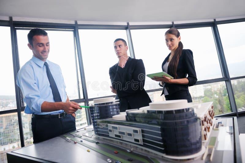 Gente di affari ed ingegneri sulla riunione fotografia stock