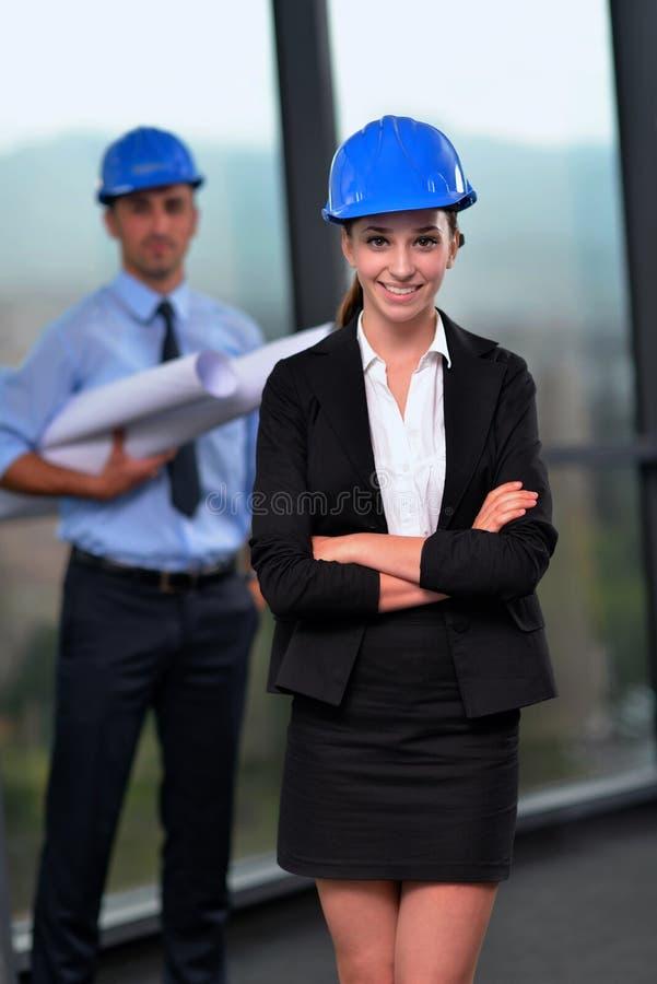 Gente di affari ed ingegneri sulla riunione immagini stock