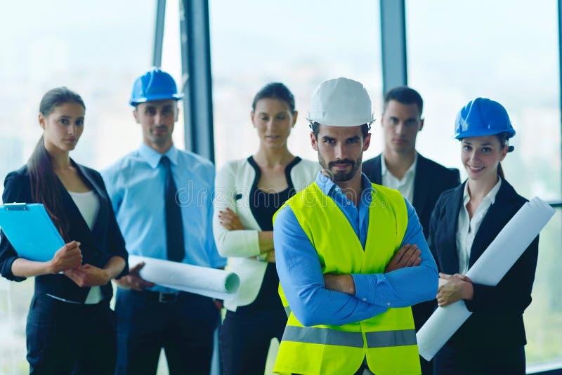Gente di affari ed ingegneri sulla riunione immagini stock libere da diritti
