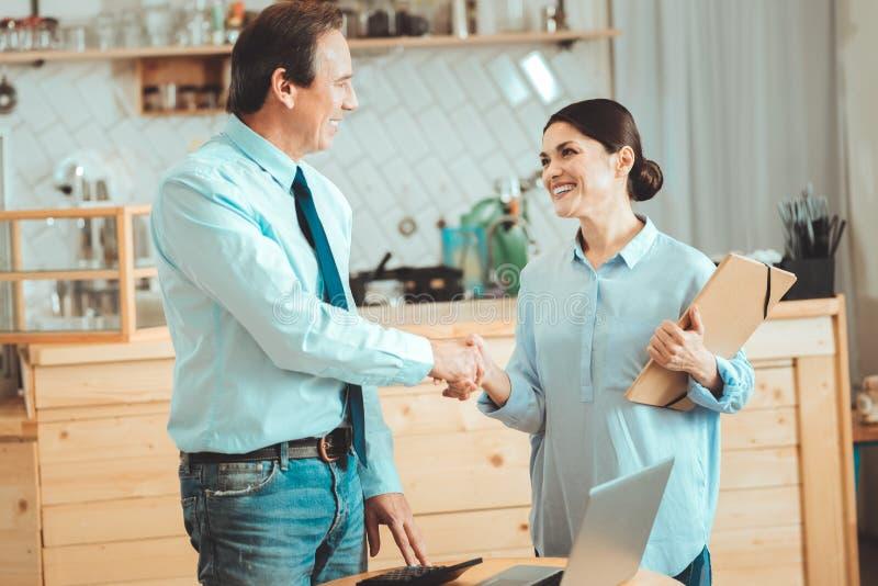 Gente di affari felice che diventa partner fotografie stock