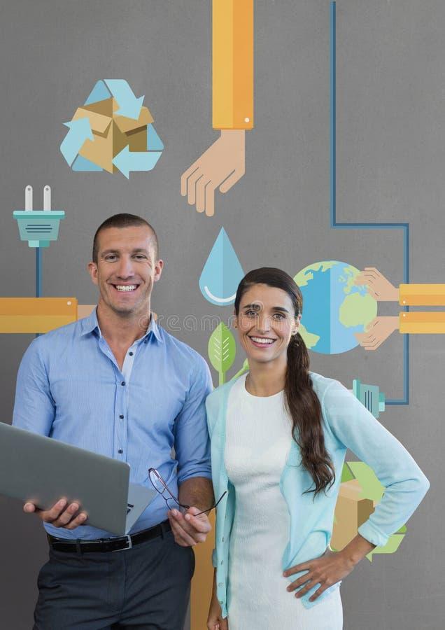 Gente di affari felice che tiene un computer contro il fondo grigio con i grafici immagini stock