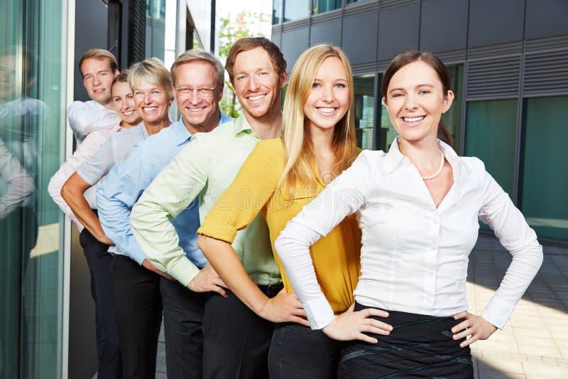 Gente di affari felice del gruppo in una fila immagine stock libera da diritti