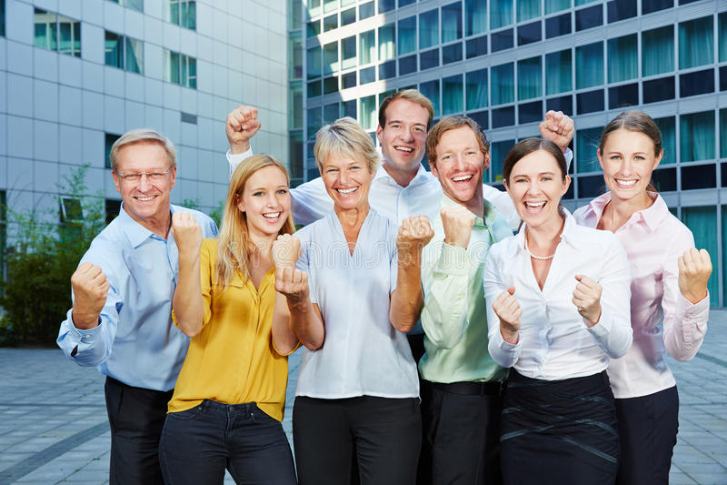 Gente di affari incoraggiante del gruppo dei pugni di serraggio immagini stock