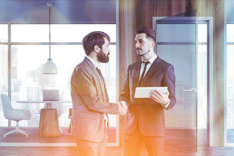Gente di affari nel corridoio coworking grigio dell'ufficio immagine stock libera da diritti