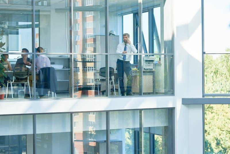 Gente di affari nell'edificio per uffici moderno immagini stock libere da diritti