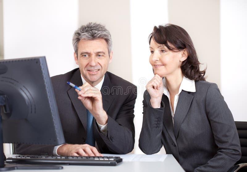 Gente di affari nell'ufficio alla riunione fotografia stock libera da diritti