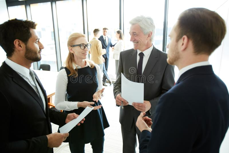 Gente di affari positiva che discute gli argomenti del forum fotografia stock