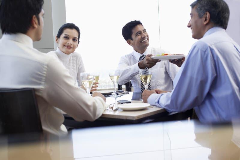 Gente di affari pranzando al ristorante fotografia stock libera da diritti