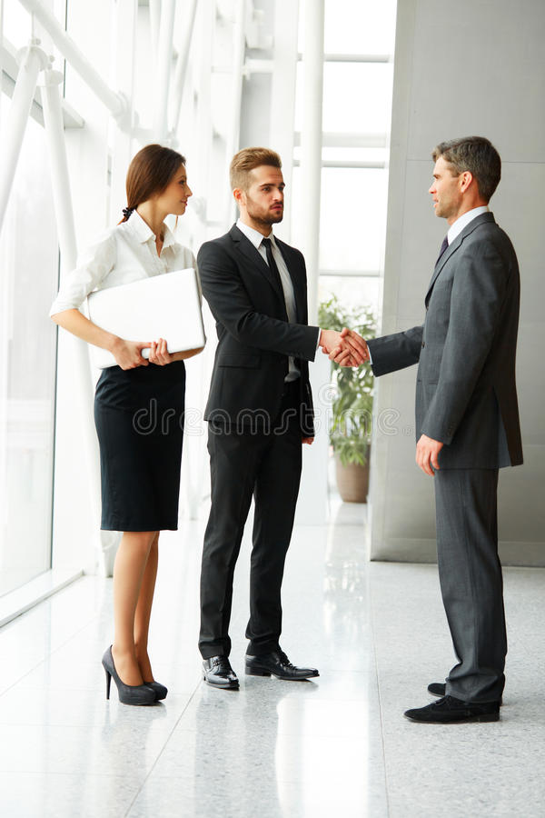 Gente di affari Riuscito socio commerciale che stringe le mani in Th fotografie stock