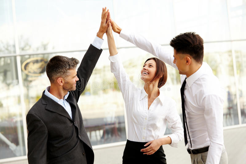 Gente di affari Riuscito Team Celebrating un affare immagine stock libera da diritti