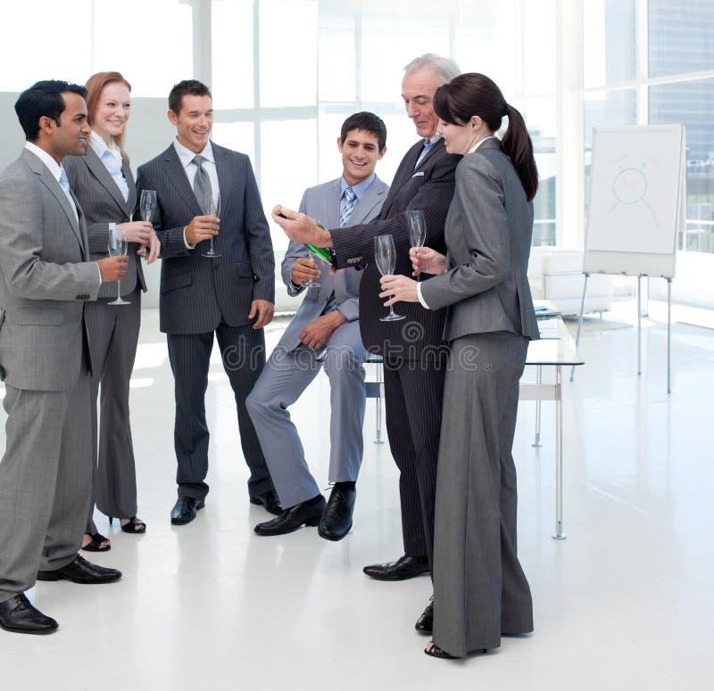 Gente di affari sorridente che celebra un successo immagini stock