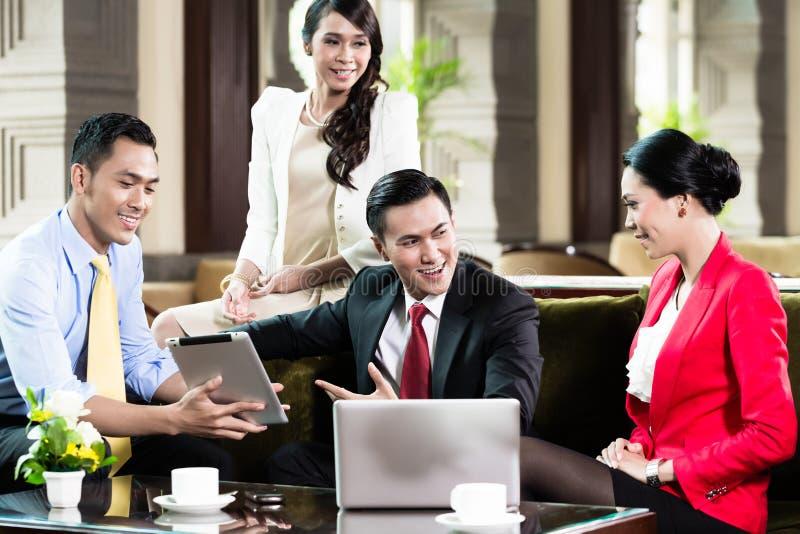 Gente di affari sorridente che lavora nell'ufficio fotografia stock libera da diritti
