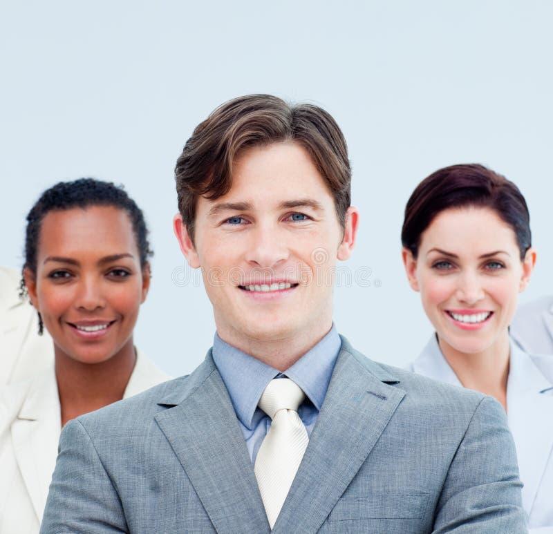 Gente di affari sorridente che si leva in piedi con le braccia piegate immagini stock libere da diritti