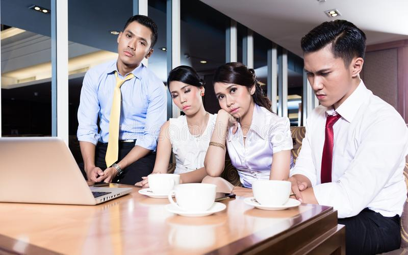 Gente di affari stanca in ufficio immagine stock