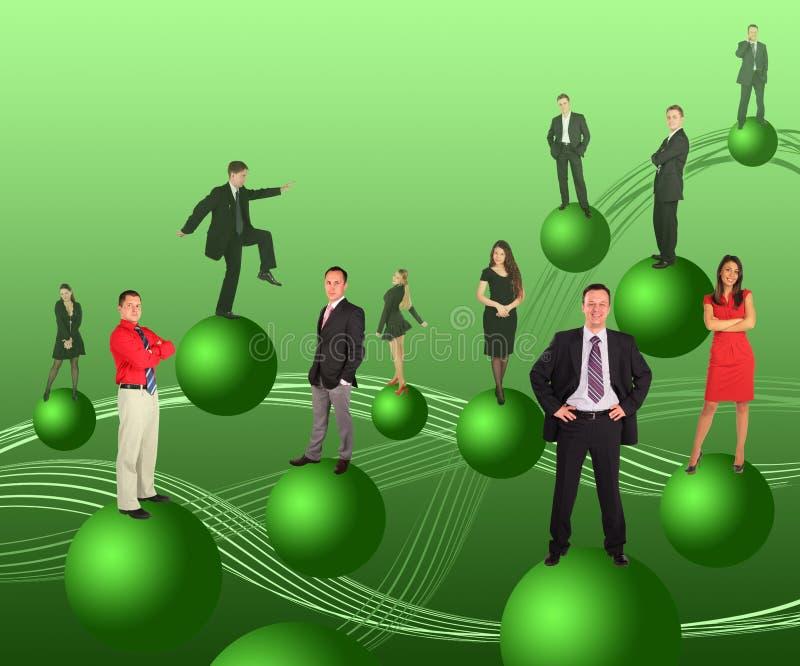 Gente di affari sulle sfere verdi