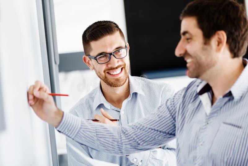 Gente di affari in ufficio moderno immagini stock